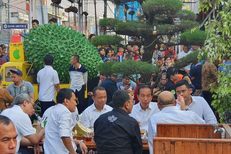 Terlihat Mesra Jokowi dan Iriana Lagi Makan Durian di Medan